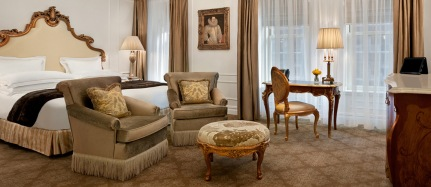 RoomsSuites_GuestRooms_DeluxeCourtyard_Slideshow_Feature1